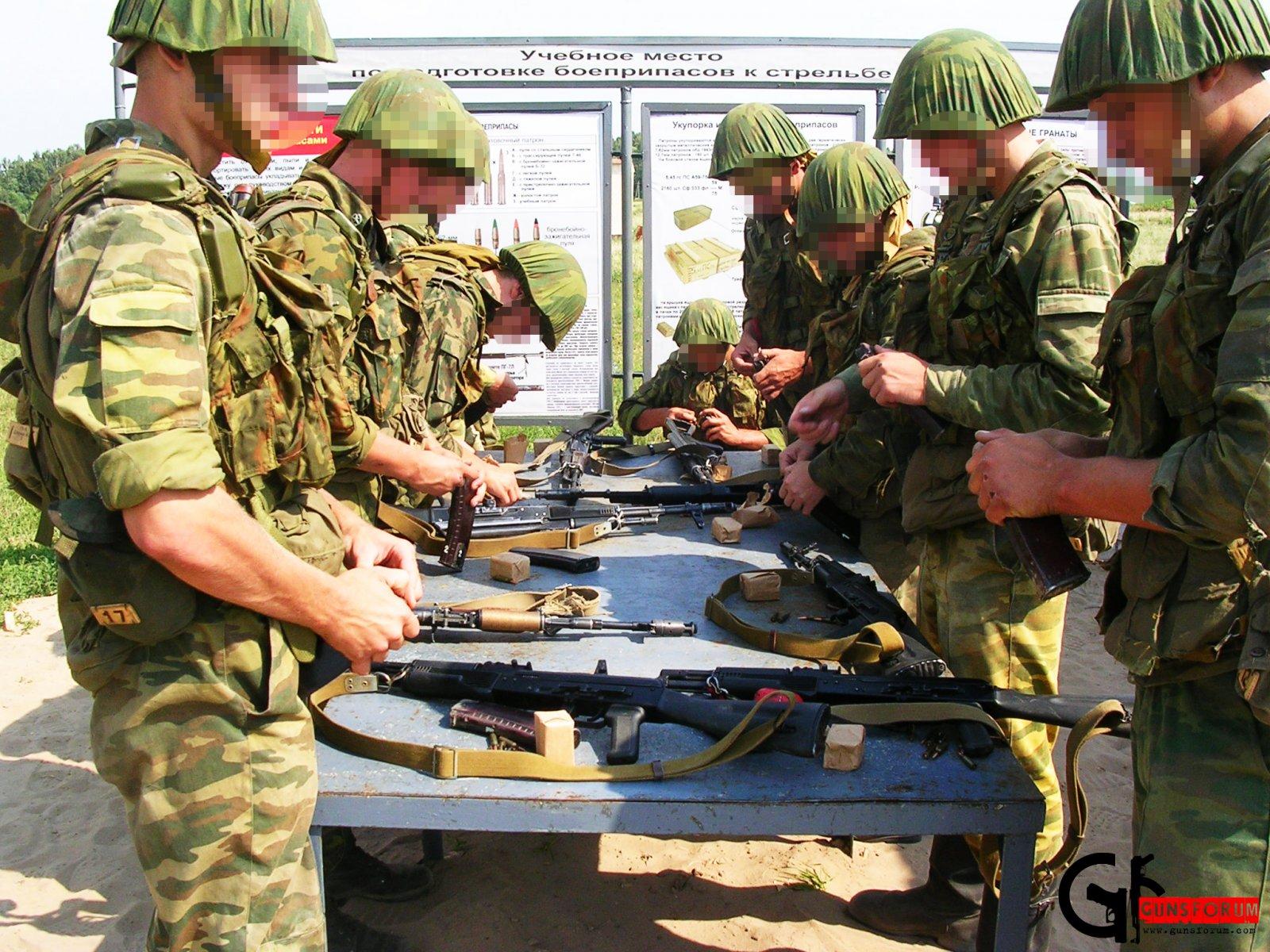 Чистка оружия на полигоне, в ходе занятий по стрелковой подготовке