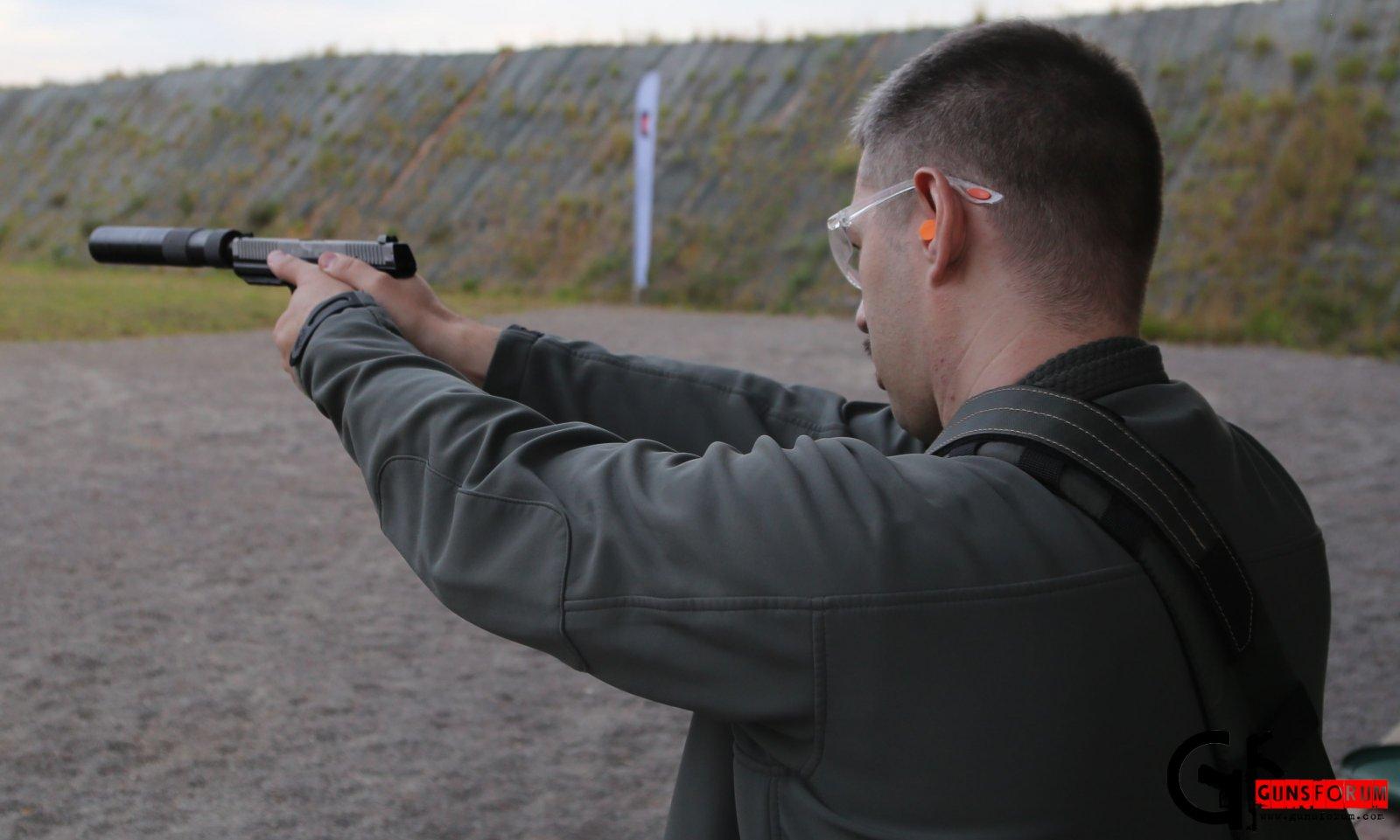 Автор стрреляет из ПЛ-15 с глушителем