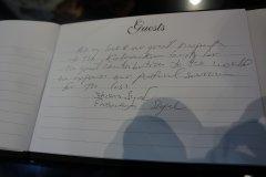 Стивен Сигал пишет в книгу памяти  М.Т. Клашникова на Shot Show 2014