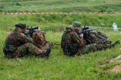 """На рубеже военные и гражданские стрелки выполняют упражнение """"шеврон""""."""