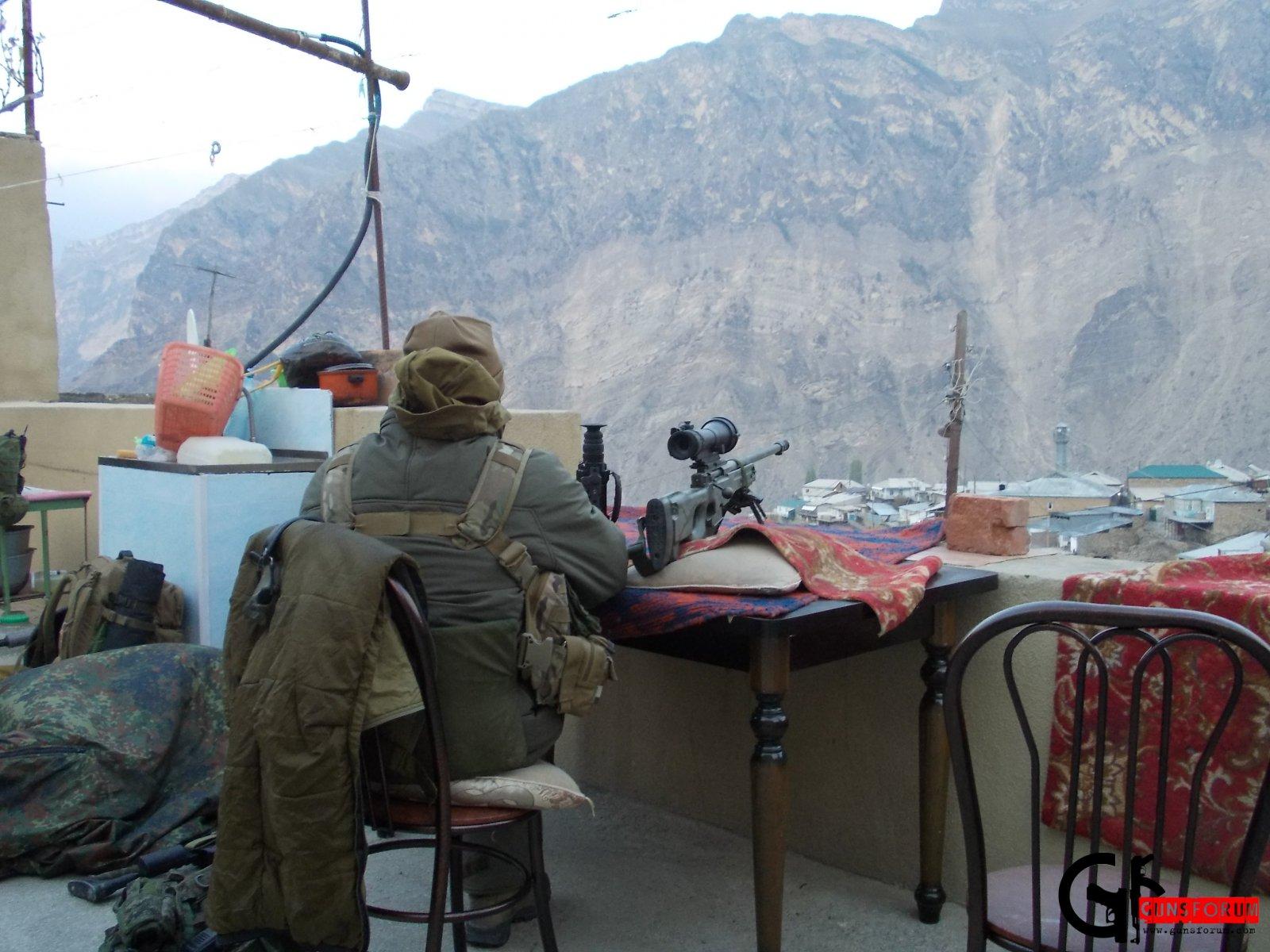 Снайпер второго уровня с винтовкой  AW (Великобритания) на позиции.  У его ног можно разглядеть «вторичку», в виде СВД-С