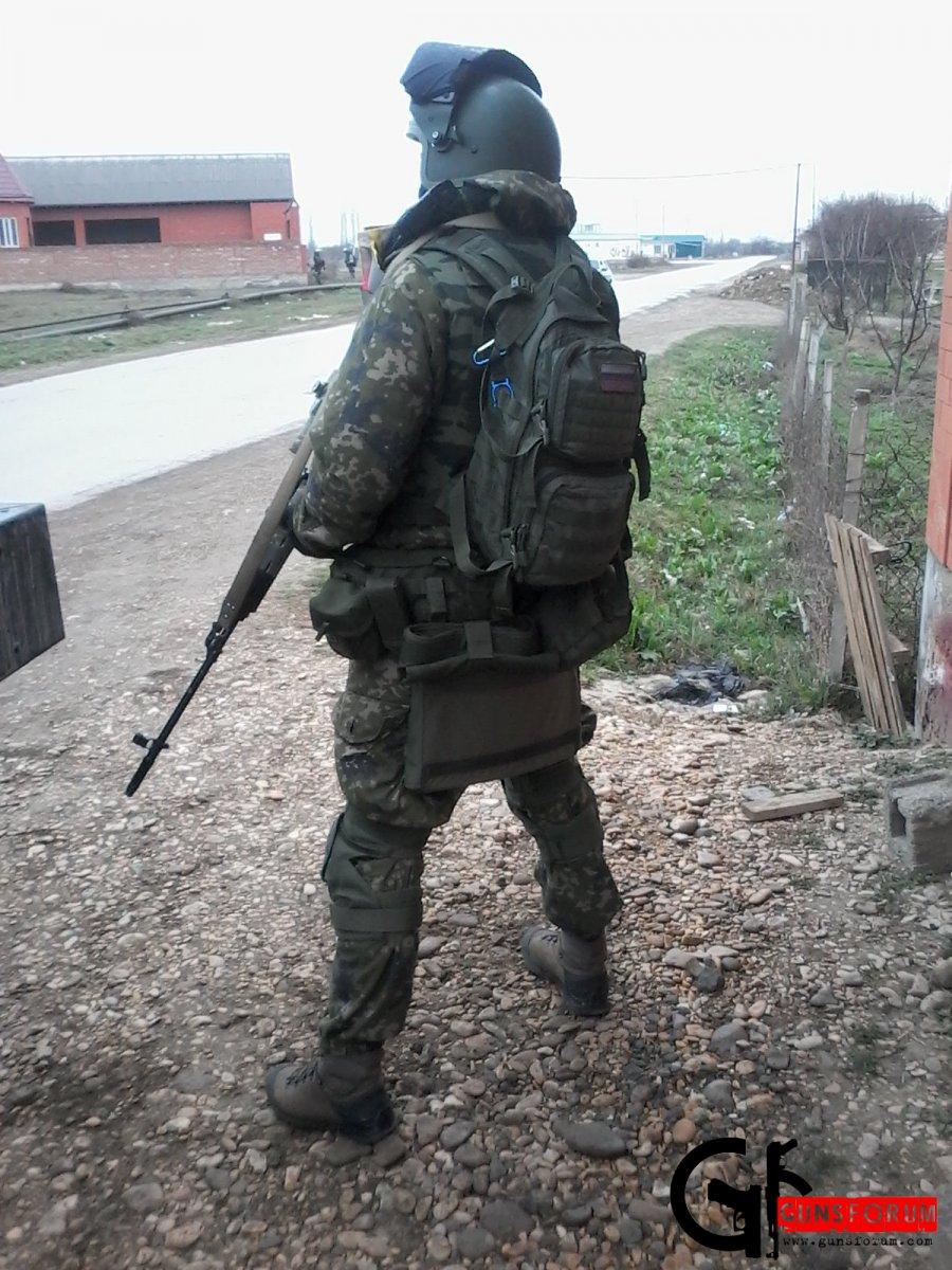 Снайпер ОМОН в ходе выполнения боевой задачи