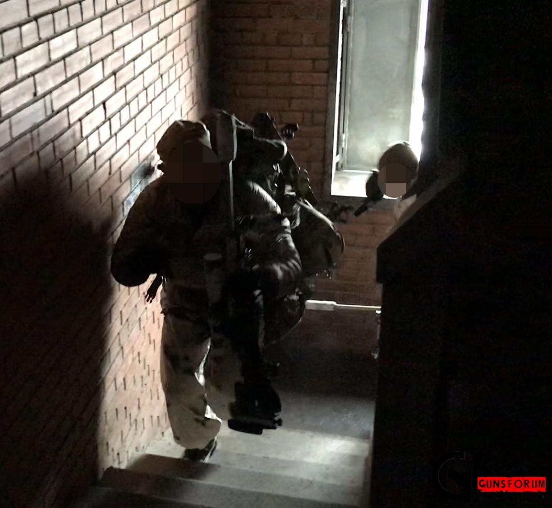по факту бойцы просто поднимались бегом с пистолетами в руках