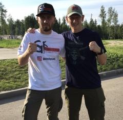 Сергей Ефимов и Александр Арутюнов в атрибутике Gunsforum
