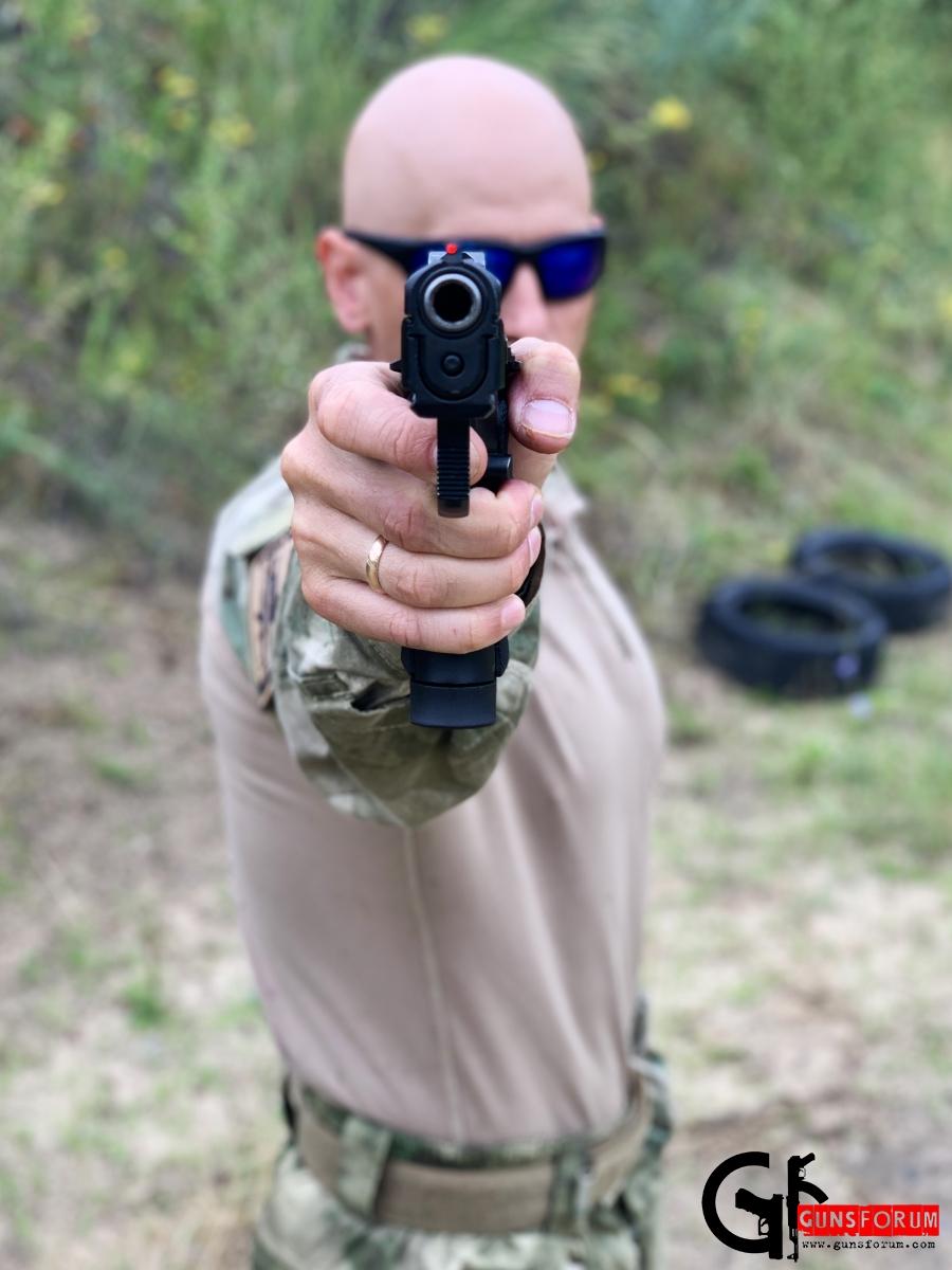 спортивная стойка с пистолетом
